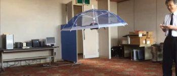 چتری که صاحبش را دنبال میکند!